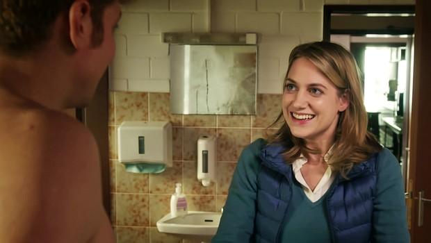 Zwischen Kinderchor-Leiterin Eva (Bettina Burchard) und Maik (Daniel Donskoy) steigt die Spannung.
