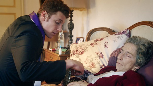 Frau von Meyer (Gabriele Schulze) erhält von Maik (Daniel Donskoy) die letzten Ölung…vielleicht auch nicht ganz die letzte…