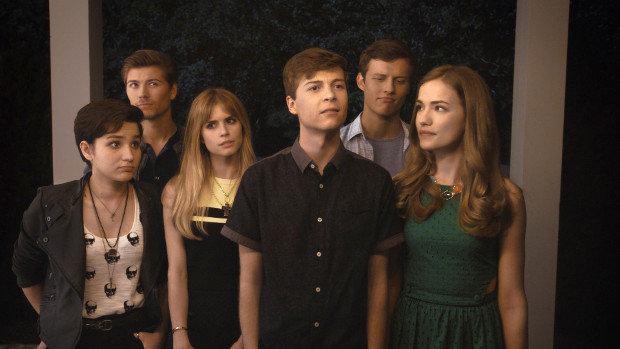 Die Schüler der Lakewood Highschool, rund um Film-Nerd Noah Foster (John Karna, m.) und All-American-Girl Emma (Willa Fitzgerald, r.), werden von einem maskierten Serienkiller heimgesucht.