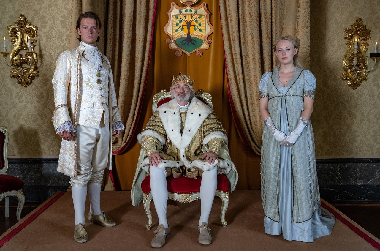 Prinz Lassmann (Stefan Gorski), König Albert (Dominick Raacke) und Helene (Caroline Hellwig) WDR/Ziegler Film/Wolfgang Ennenbach