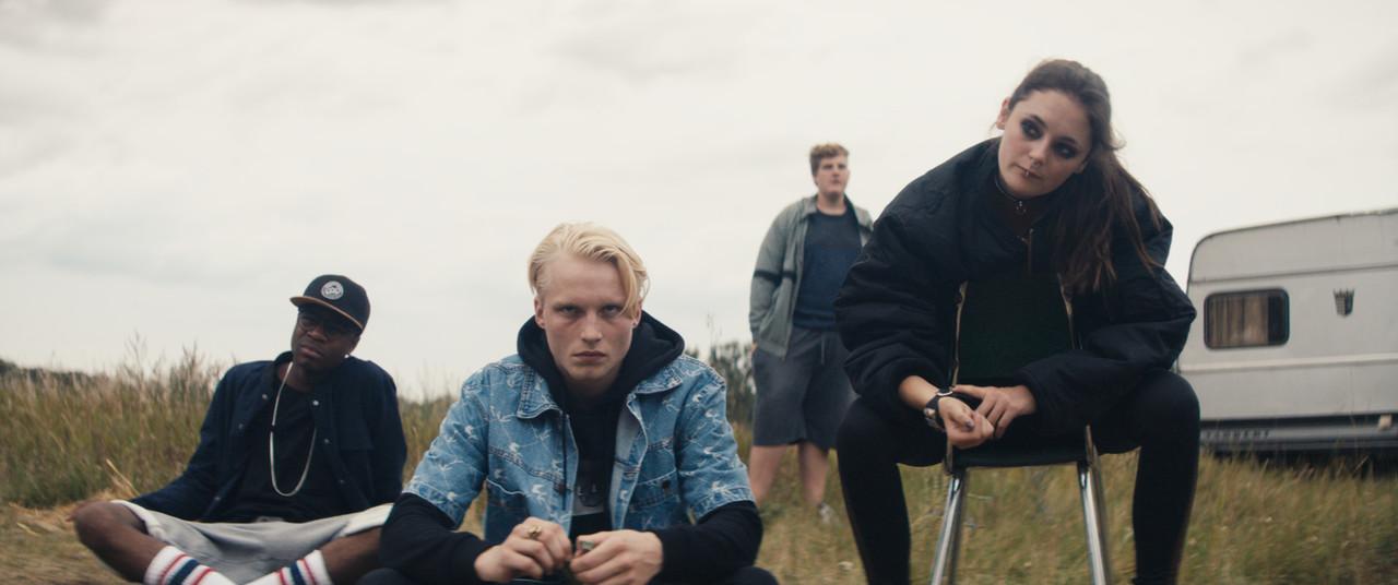 Als Antagonisten letztendlich überflüssig: Anton (Anton Nürnberg, M.) und Ella (Lea van Acken, r.) mit zwei weiteren Jugendlichen (Sylvain Mabe, Cassian-Bent Wegner) ZDF / Krzysztof Wiktor