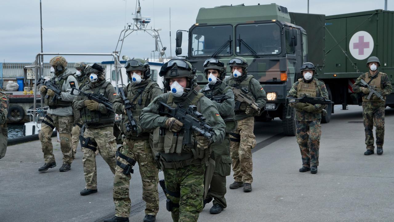 Die Bundeswehr landet auf Sløborn, um bei den Evakuierungsmaßnahmen zu helfen. ZDF / Krzysztof Wiktor