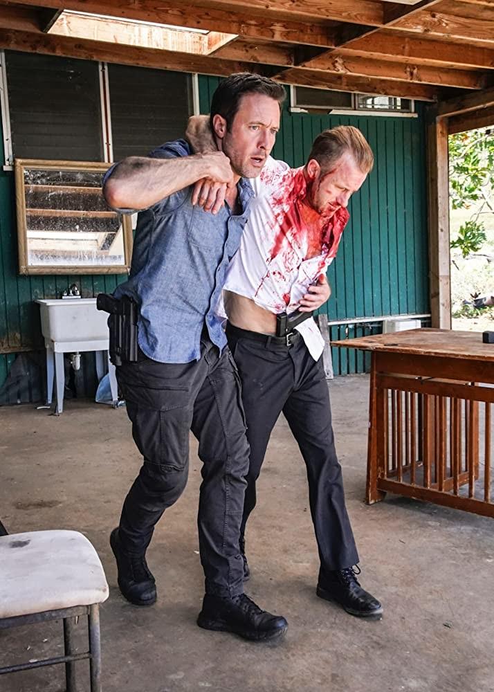 Steve (Alex O'Loughlin) kann Danno (Scott Caan) in letzter Sekunde retten CBS