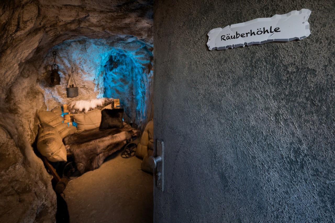 Die Räuberhöhle ist das Sprechzimmer im Märchenwald Sat.1/Willi Weber