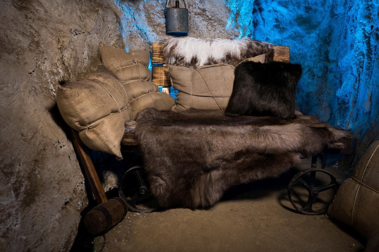 Die Räuberhöhle ist das Sprechzimmer im Märchenwald. Sat.1/Willi Weber