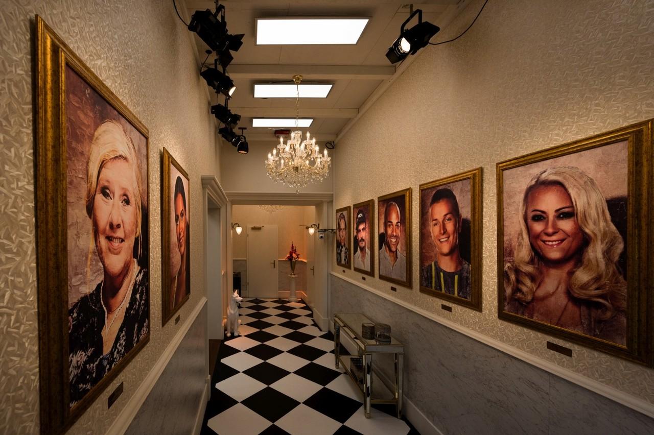 """Eingang ins Märchenschloss: Hier begrüßen die Bewohner die Gemälde der """"Promi Big Brother""""-Sieger aller Staffeln. Sat.1/Willi Weber"""