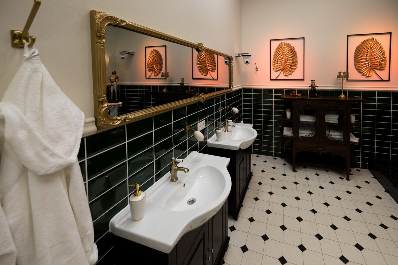 Im Märchenschloss fehlt es den Bewohnern an nichts: Im Badezimmer können sie ihrer Körperpflege in Ruhe nachgehen. Sat.1/Willi Weber