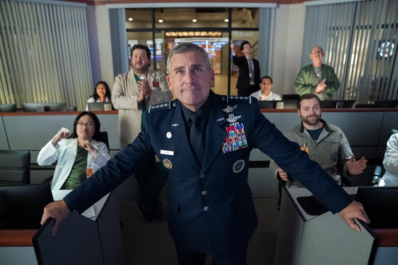 So sollte es sein: General Naird (Steve Carell) feiert im Kreis seiner Helfer einen Erfolg. Aaron Epstein/Netflix
