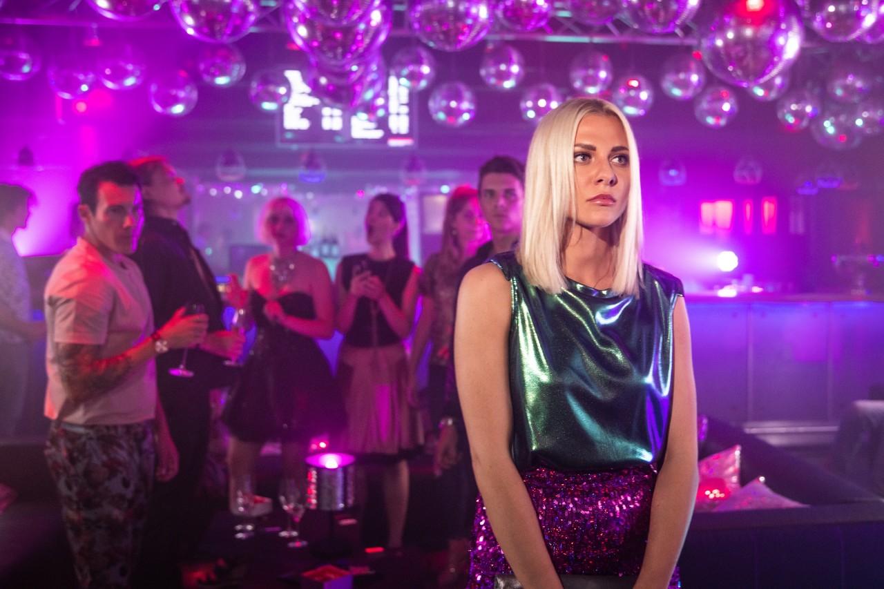 Sunny (Valentina Pahde) ist am Boden zerstört. Aber weshalb? TVNOW / Sebastian Geyer