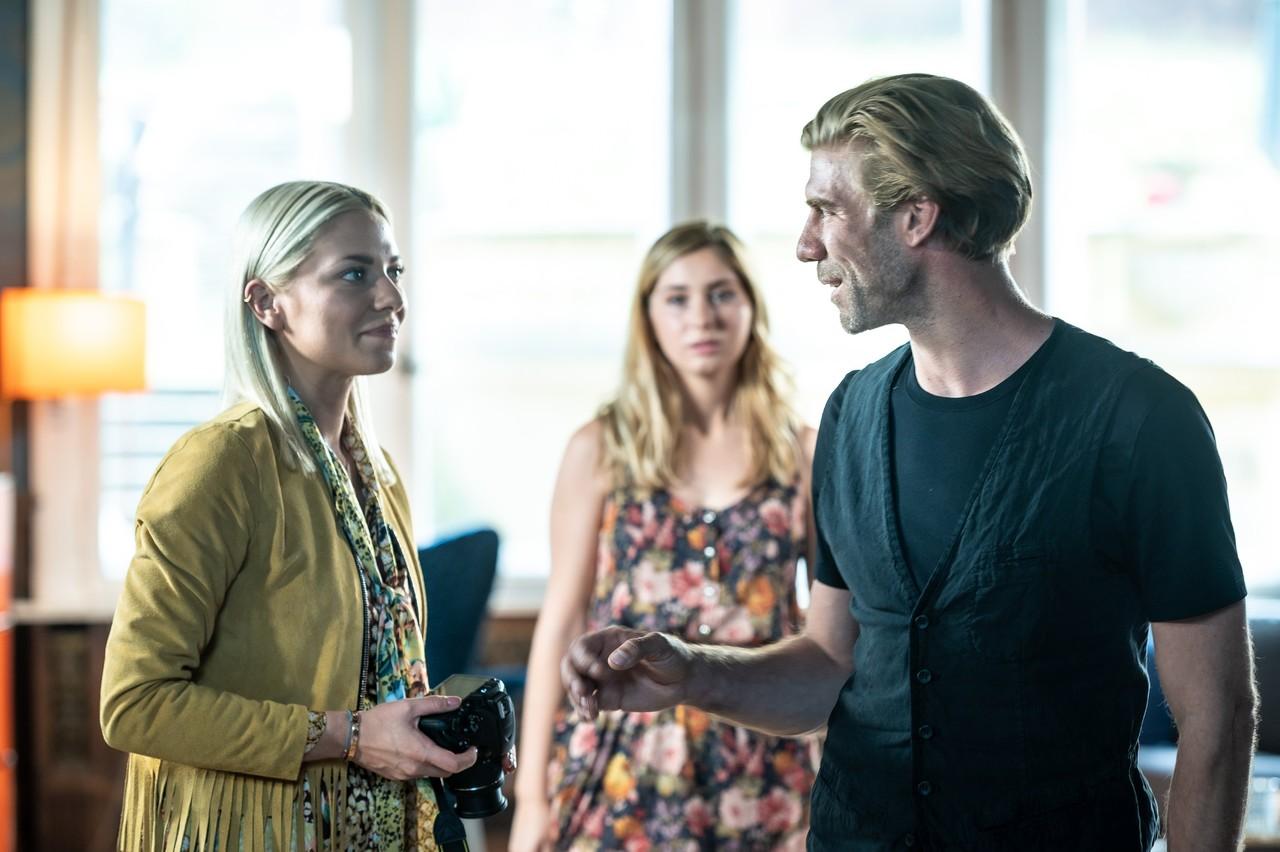 Sunny (Valentina Pahde, l.) trifft auf ihren Mentor Brian (Felix Lampert). TVNOW / Sebastian Geyer