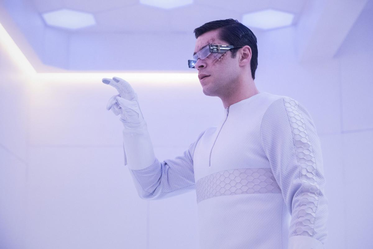 Levitt (Jason Diaz) macht eine Entdeckung. The CW