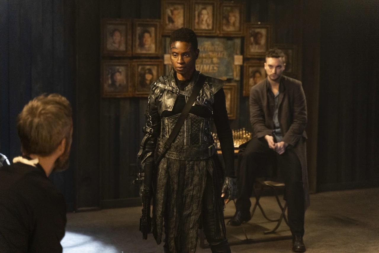Indra (Adina Porter) muss mit Sheidheda (JR Bourne) verhandeln. The CW