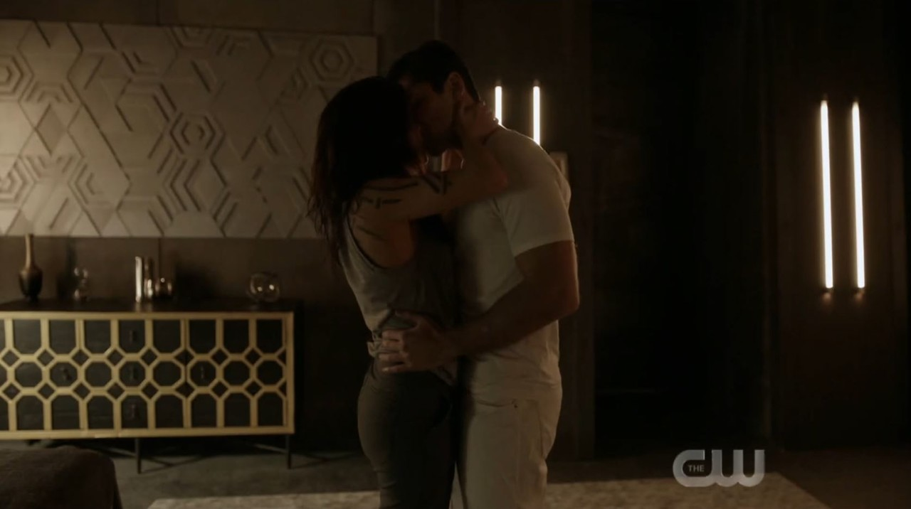 Octavia (Marie Avgeropoulos) und Levitt (Jason Diaz) kommen sich näher. The CW