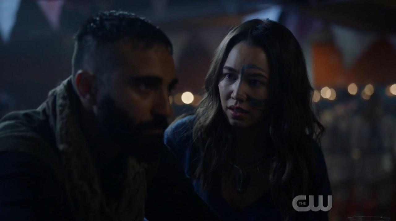 Emori (Luisa D'Oliveira) redet Nelson (Lee Majdoub) ins Gewissen. The CW