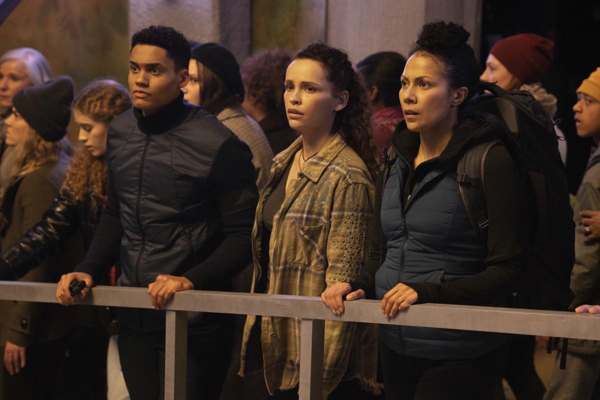 Reese (Adain Bradley), Callie (Iola Evans) und ihre Mutter (Crystal Balint) erleben im Bunker das Ende der Welt. The CW