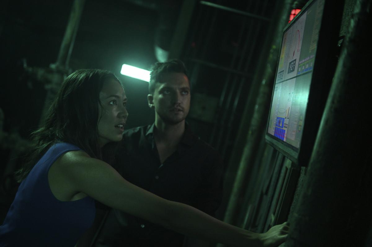 Murphy (Richard Harmon) und Emori (Luisa D'Oliveira) versuchen die nahende Katastrophe abzuwenden. The CW