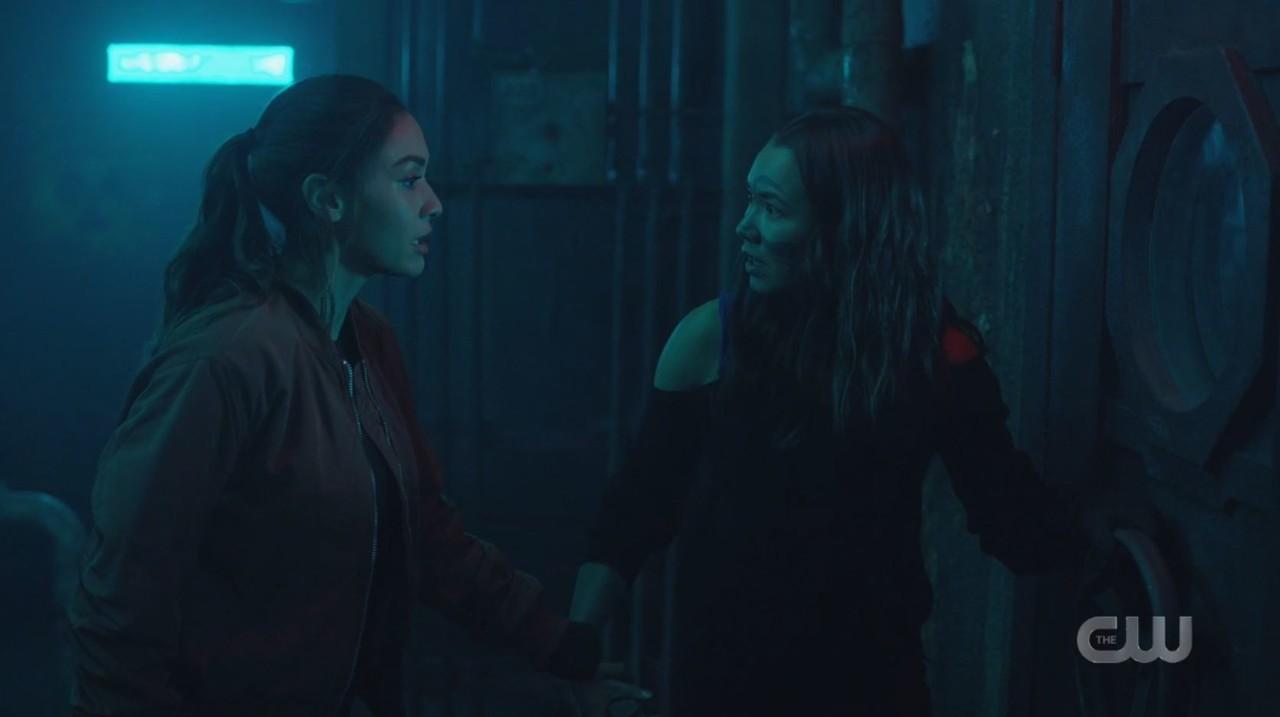 Raven (Lindsey Morgan) und Emori (Luisa D'Oliveira) machen eine schreckliche Entdeckung. The CW