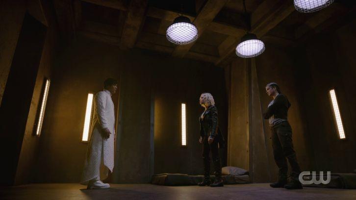 Bellamy (Bob Morley), Clarke (Eliza Taylor) und Octavia (Marie Avgeropoulos) finden sich auf unterschiedlichen Seiten wieder. The CW