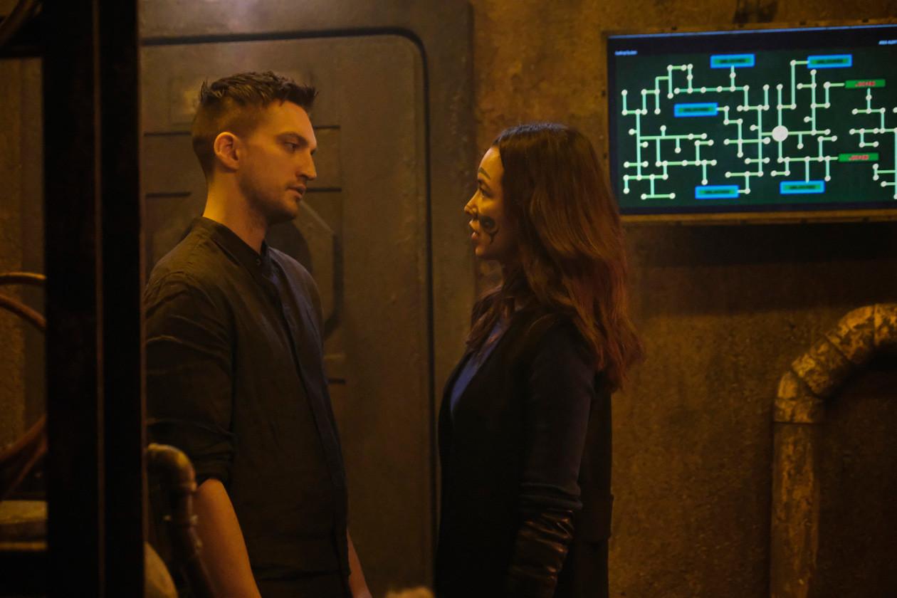 Murphy (Richard Harmon) und Emori (Luisa D'Oliveira) spielen mit dem Feuer. The CW