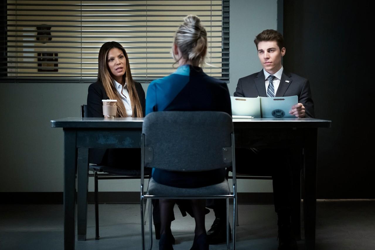 Vor den FBI-Agenten Hammond (Merle Dandridge, l.) und White (Nolan Gerard Funk) redet sich Cassie immer tiefer ins Schlamassel. hbo max