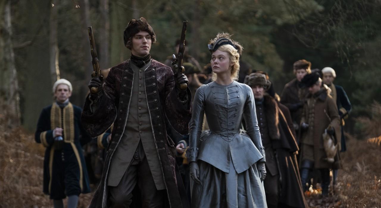 """Nicht nur beim """"Jagdsport"""" merkt Katharina (Elle Fanning) schnell, dass ihr frisch angetrauter Peter (Nicholas Hoult) ein überheblicher, ungehobelter Feigling ist. Nick Wall/Hulu"""