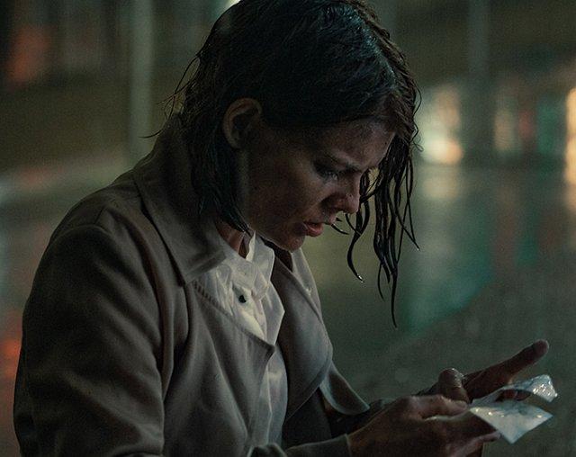 Myfanwy Thomas (Emma Greenwell) liest ihre Warnung an sich selbst.