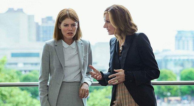 Myfanwy (Emma Greenwell) lauscht ungläubig den Ausführungen ihrer Mentorin Lady Farrier (Joely Richardson) über ihre besonderen Fähigkeiten.