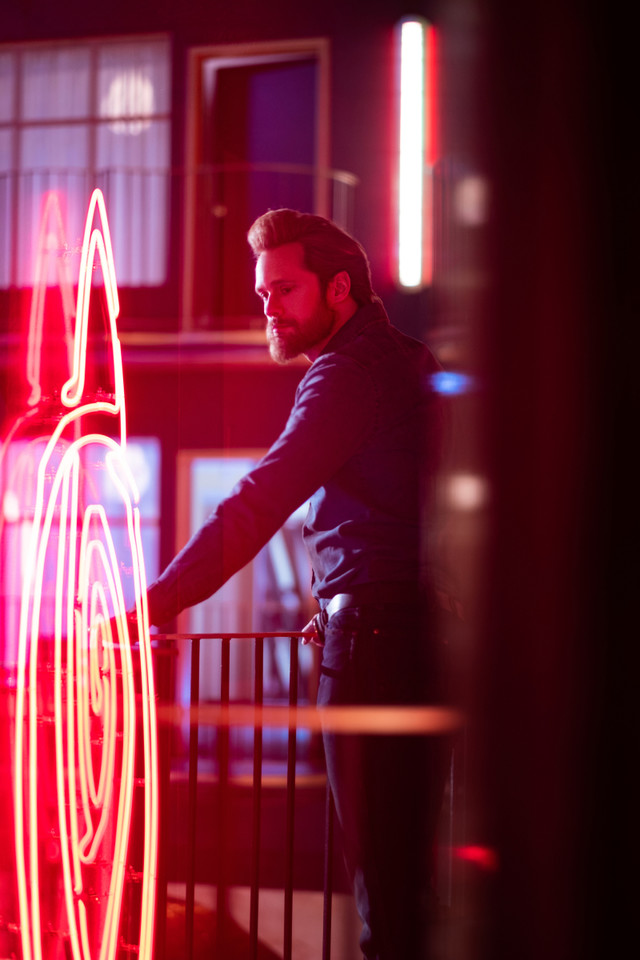 Das Böse (Alexander Skarsgård) im pinken Licht der Sünde CBS