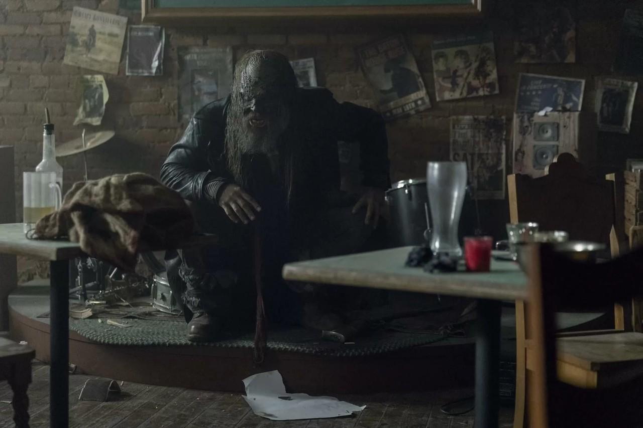 Beta (Ryan Hurst) holt zum Gegenschlag aus. AMC