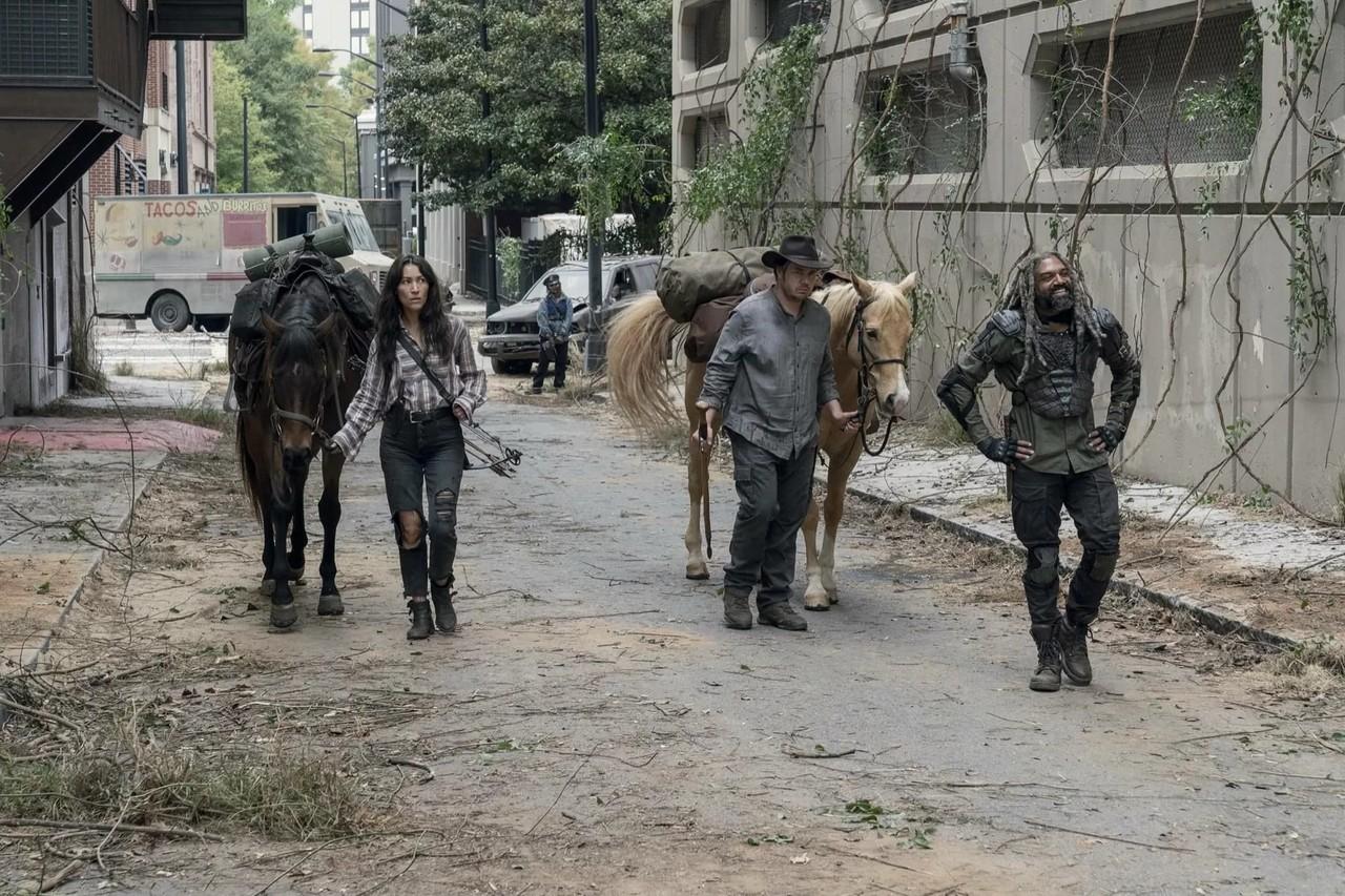 Yumiko (Eleanor Matsuura), Eugene (Josh McDermitt) und Ezekiel (Khary Payton) werden stürmisch begrüßt. AMC