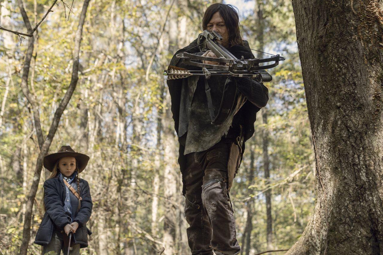 Judith (Cailey Fleming) und Daryl (Norman Reedus) auf Patrouille. AMC