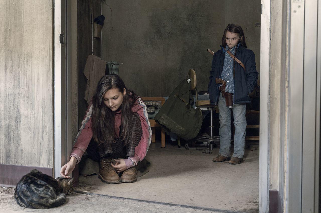 Lydia (Cassady McClincy) und Judith (Cailey Fleming) versuchen sich mit der Situation zu arrangieren. AMC