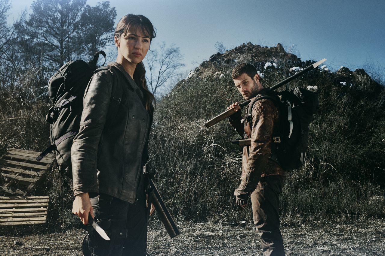Huck (Annet Mahendru) und Felix (Nico Tortorella) reisen den Jugendlichen nach. AMC