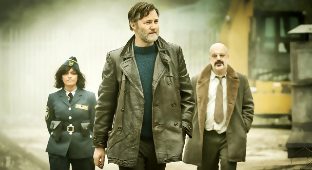 Constable Corwi (Mandeep Dhillon) mit Inspector Tyador Borlú (David Morrissey) und Naustin (Dana Haqjoo) in Besźel