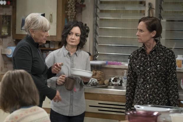 Roseannes Mutter Beverly (Estelle Parsons), Tochter Darlene (Sara Gilbert) und Schwester Jackie (Laurie Metcalf) (Bild: ABC)