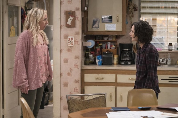 Becky (Alicia Goranson, l.) und ihre Schwester Darlene (Sara Gilbert, r.) (Bild: ABC)