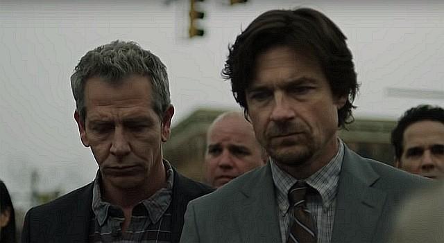 Detective Anderson (Ben Mendelsohn, l.) nimmt den Hauptverdächtigen Terry Maitland (Jason Bateman) fest. HBO