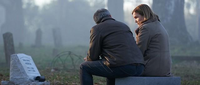 Ralph Anderson (Ben Mendelsohn) zusammen mit seiner Frau Jeannie (Mare Winningham) am Grab des gemeinsamen Sohnes. HBO