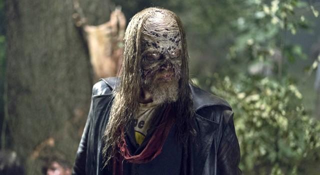 Beta (Ryan Hurst) nimmt die Verfolgung der Flüchtenden auf.