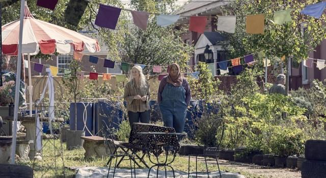 Carol (Melissa McBride) und Nabila (Nadine Marissa) freuen sich auf den anstehenden Jahrmarkt.