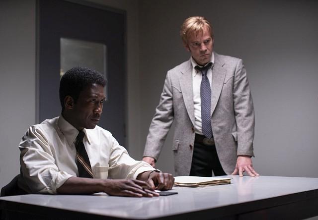 Wayne Hays (Mahershala Ali) und Roland West (Stephen Dorff) führen eine Befragung durch HBO