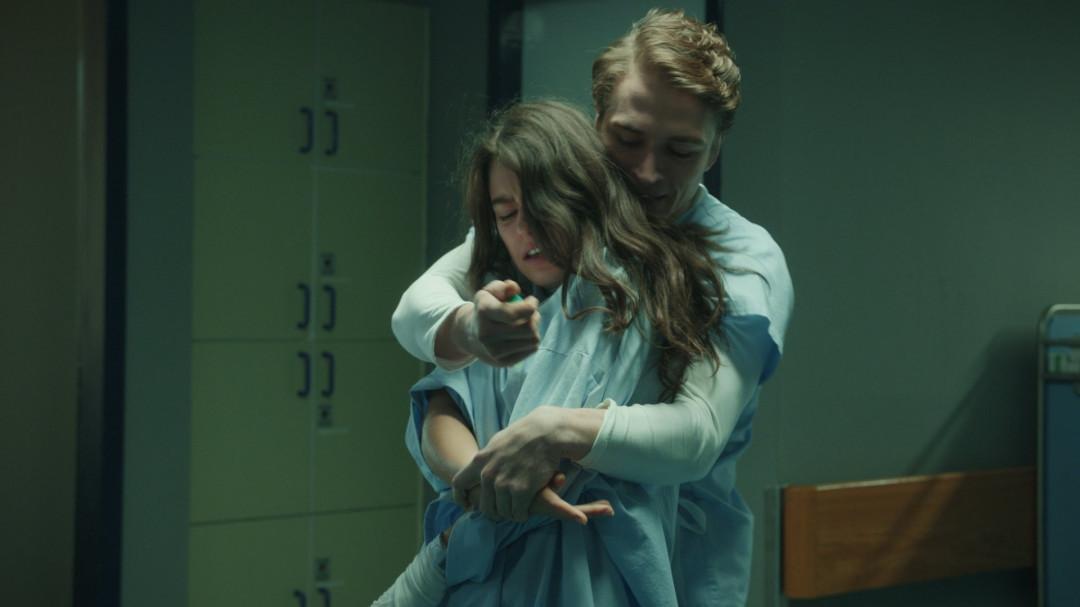 Nora (Rosabell Laurenti Sellers) und der Krankenpfleger Peter (Lion-Russell Baumann) haben ein unglückliches Wiedersehen. SYFY