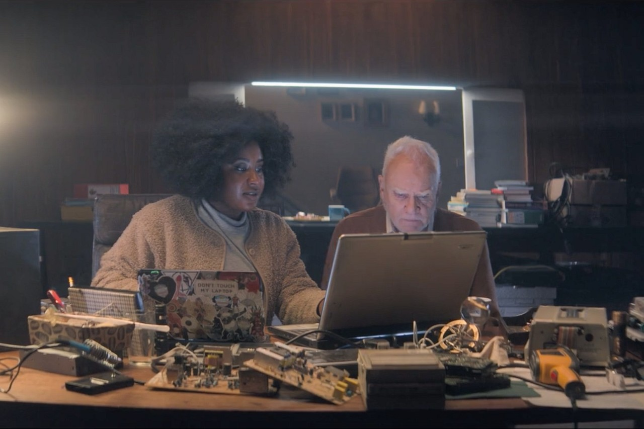 """Eltons Schwester Helen (Susan Wokoma) und Gus' Vater Richard (Malcolm McDowell) in """"Truth Seekers"""" Amazon Prime Video/Stolen Pictures"""