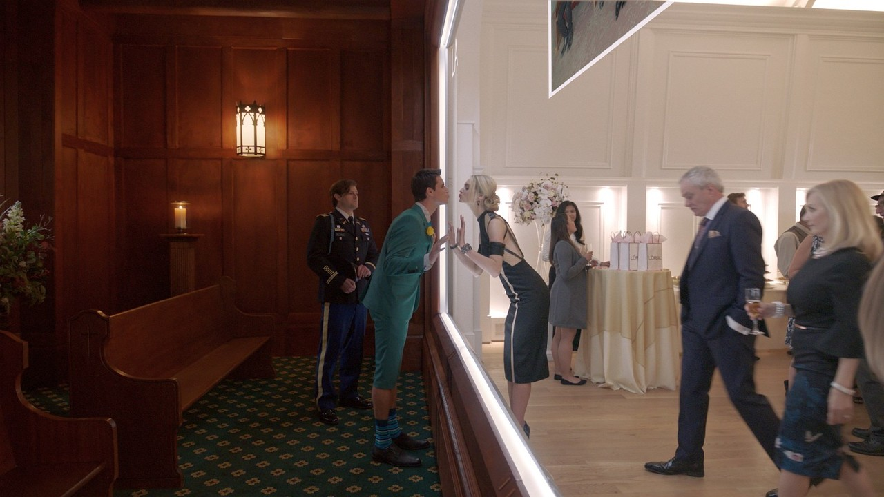 Nathan (Robbie Amell) ist 'virtuell' zu Gast auf der eigenen Beerdigung – perfekt ausgerichtet von Freundin Ingrid (Allegra Edwards). Amazon Studios