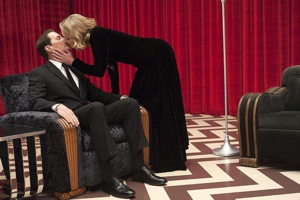 """Laura Palmer (Sheryl Lee) flüstert Agent Cooper (Kyle MacLachlan) ein Wort ins Ohr: """"Flüstern""""."""