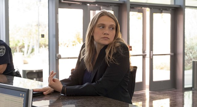 Merritt Wever als Detective Karen Duvall.