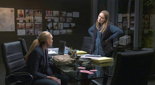Die Detectives Rasmussen (Toni Collette, l.) und Duvall (Merritt Wever) beißen sich in den Fall fest.