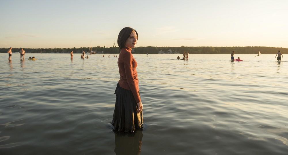Ungewöhnliches Badeerlebnis: hochgeschlossen gekleidet zwischen Badehosenträgern…Anika Molnar/Netflix