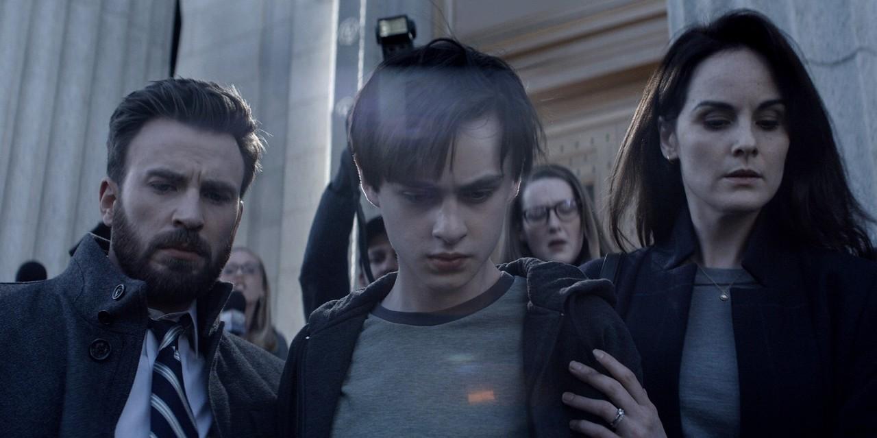 """Vater Andy (Chris Evans), Sohn Jacob (Jaeden Martell) und Mutter Laurie (Michelle Dockery) in """"Verschwiegen"""". Apple TV+"""