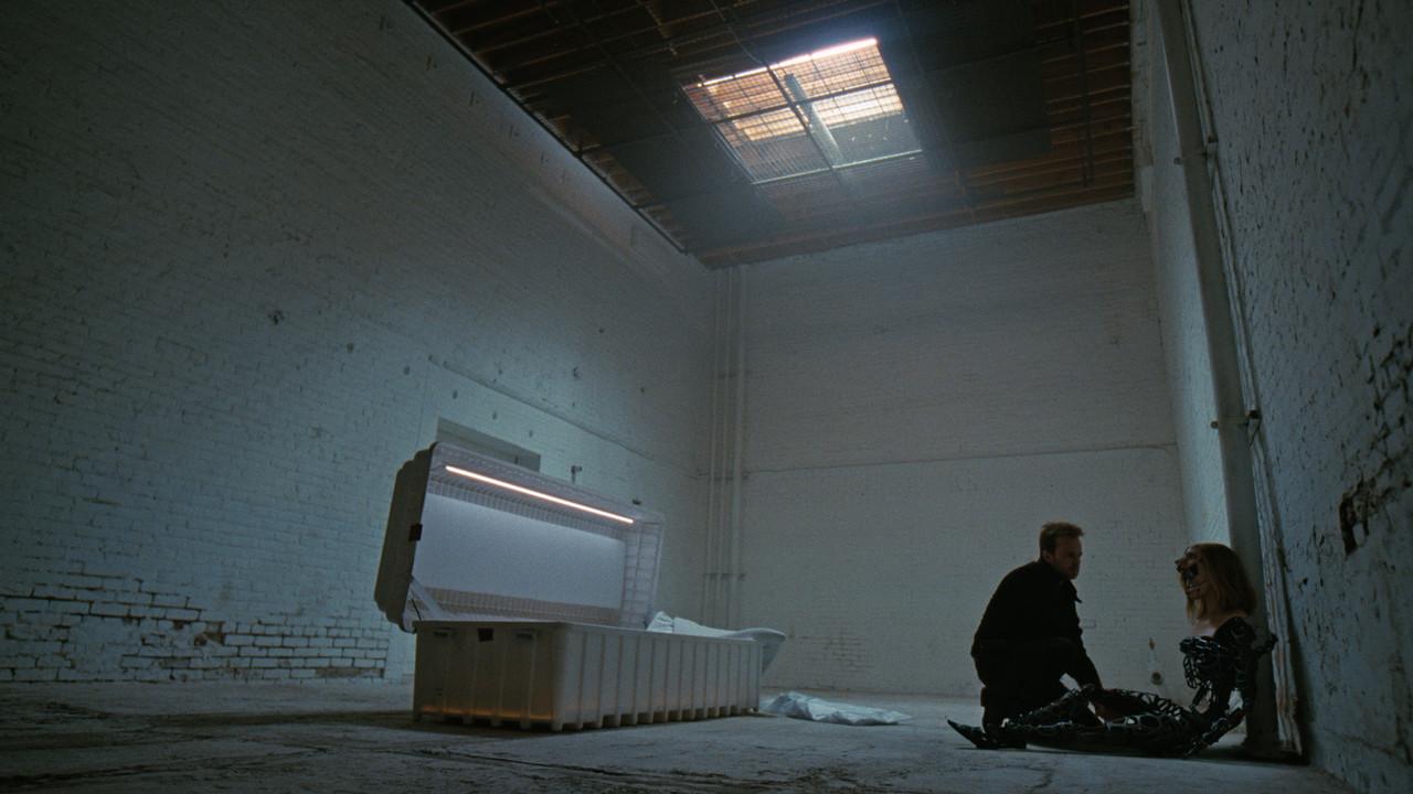 Caleb (Aaron Paul) setzt Dolores (Evan Rachel Wood) wieder zusammen. HBO